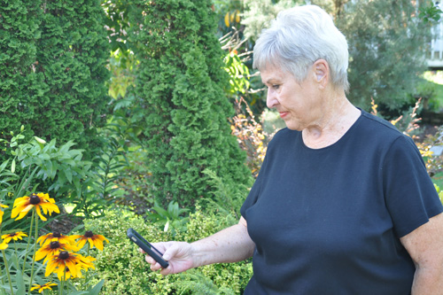 UT Master Gardener Faye Beck uses IPMLite mobile application